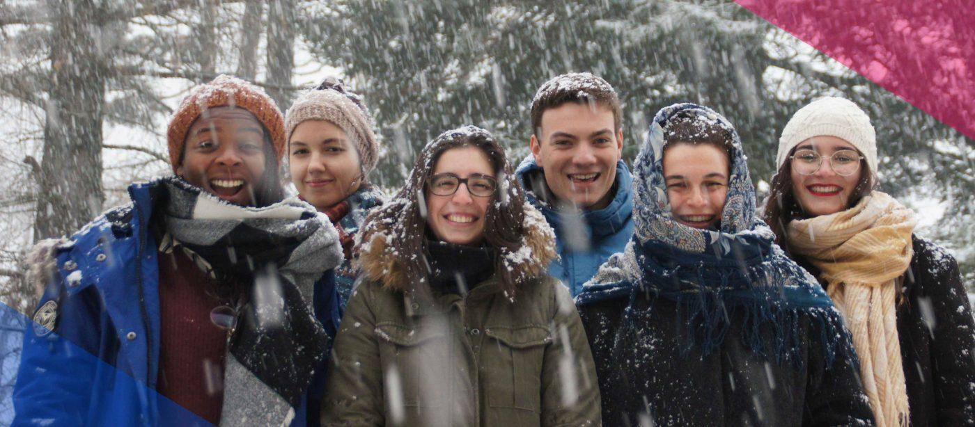 Slider Freiwilligendienst RLP: Freiwillige im DFFD Kultur stehen im Schnee und lachen