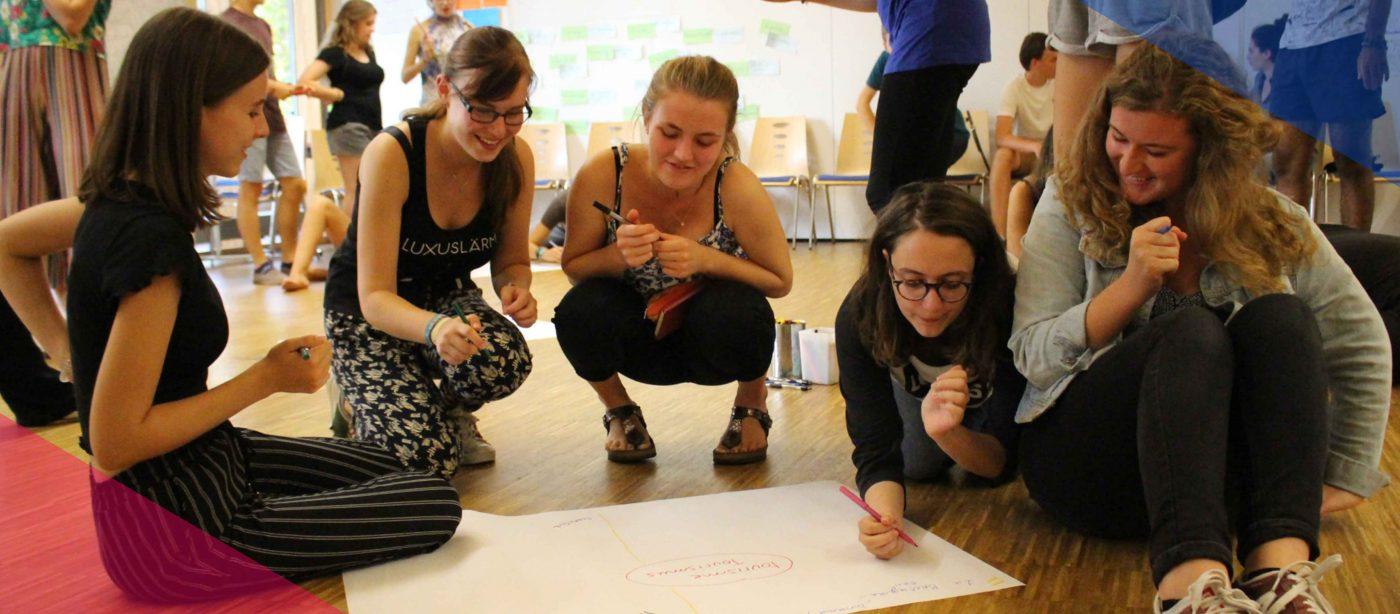 Slider Freiwilligendienst RLP: Freiwillige im DFFD Kultur gestalten ein Plakat