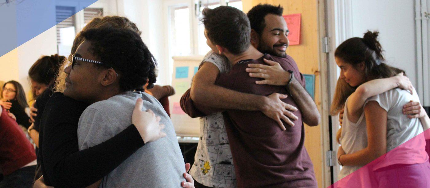 Slider Freiwilligendienst RLP: Freiwillige im DFFD Kultur umarmen sich
